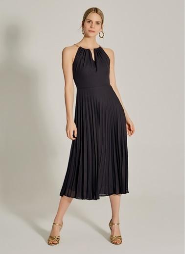 NGSTYLE Zincir Askılı Piliseli Elbise Siyah